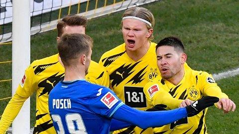 Erling Braut Haaland reddet ett poeng for Dortmund da han scoret 2-2-målet mot Hoffenheim. Her er han i klameri med Hoffenheims Stefan Posch (nummer to fra venstre) etter scoringen.