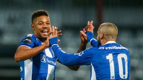 Mikael Dyrestam (t.v) jubler med Guillermo Molins for Sarpsborg 08 i fjor høst. Nå har førstnevnte mottatt et tilbud fra LSK.