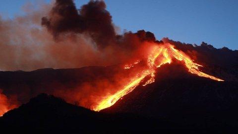 Bilder viser mye aktivitet ved vulkanen Etna på Sicilia.