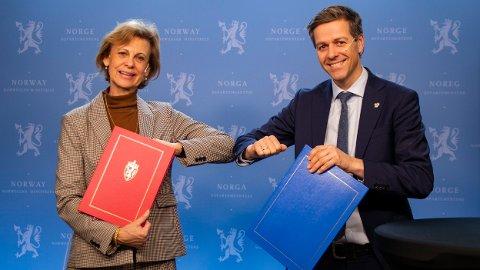 SIGNERTE: Sveriges ambassadør til Norge, Cecilia Björner, og samferdselminister Knut Arild Hareide signerte avviklingsavtalen for bomstasjonene ved Svinesund fredag 19. februar.