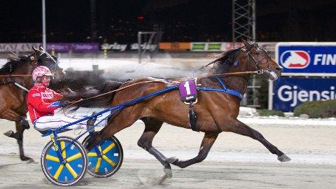 Oz var strålende første gang ut i regi Lars Magne Søvik og spurtet inn til enkel seier med Åsbjørn Tengsareid. I kveld blir ekvipasjen vår V65-banker på Bjerke. Foto: Hesteguiden.com