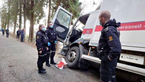 ENDELIG STOPP: Kjøreturen endte til slutt i et gjerde i Fjellveien.