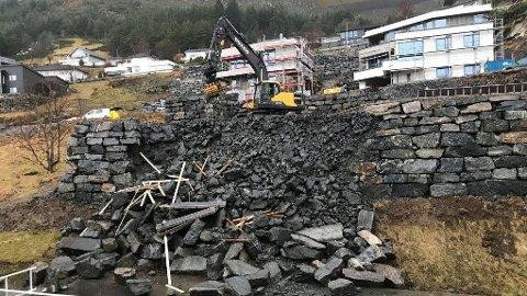 Slik så det ut etter mur-raset i Måløy.
