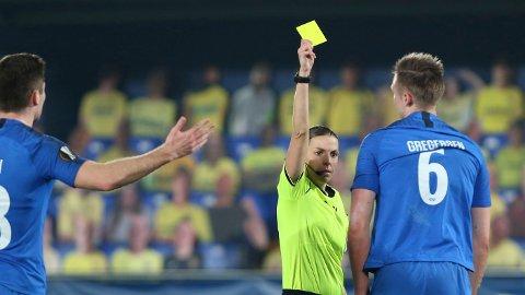 Den franske kamplederen Stephanie Frappart gir Moldes Stian Rode Gregersen (med ryggen til) gult kort. Nå må den viktige forsvarsspilleren stå over torsdagens returoppgjør i Europa League mot Hoffenheim.