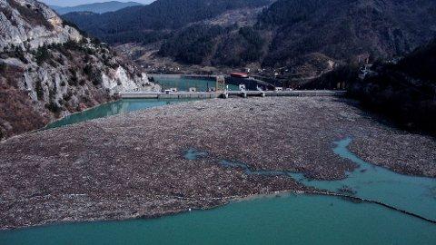 ENORME SØPPELMENGDER: Store mengder søppel i eleven Drina i Bosnia ryster landet og miljøorganisasjonen Eko Centar Visegrad. Foto: Kemal Softic / AP