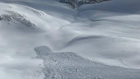 FARE: Det advares om stor snøskredfare i store deler av de nordlige delene av landet. Her fra et snøskred ved Storhornet i Oppdal i 2020. Arkivfoto: Luftambulansen / NTB