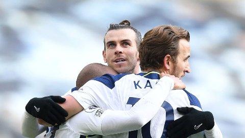 Harry Kane, Gareth Bale og de andre Tottenham-spillerne jubler etter scoring.