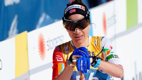 I HARDT VÆR: Heidi Weng ertet på seg svenskene da hun jublet høyt foran Frida Karlsson etter torsdagens stafett.