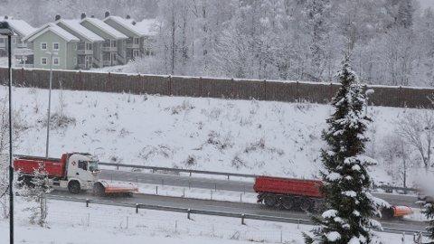 IKKE KJØR BIL UNØDVENDIG PÅ LØRDAG: Meteorologen melder om snøfokk flere steder i fjellområdene og fraråder unødvendig kjøring på lørdag grunnet dårlig vær.