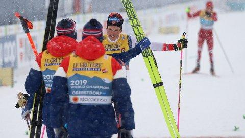 GULL-LØP: Johannes Høsflot Klæbo jubler sammen med Pål Golberg, Emil Iversen og Hans Christer Holund under langrenn 4x10 km stafett for menn under VM på ski i Oberstdorf, Tyskland. I bakgrunnen skimter man Bolsjunov.