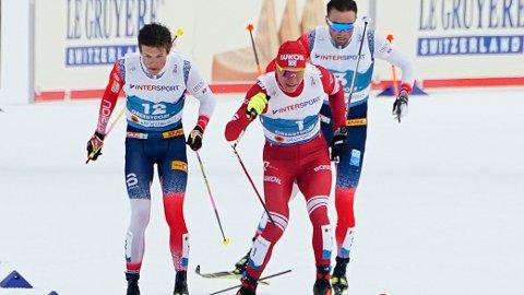 DRAMA: Aleksandr Bolsjunov fra Russland som får brukket staven og Emil Iversen på oppløpet mot slutten av 50 km langrenn klassisk for menn under VM på ski i Oberstdorf, Tyskland.