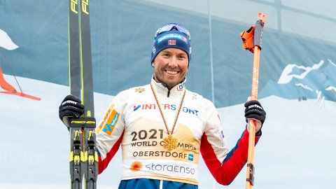 GLAD: Emil Iversen kunne smile for sin første individuelle mesterskapsmedalje søndag. Foreløpig av valøren gull.