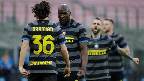 De to tidligere Manchester United-spillerne Matteo Darmian (t.v.) og Romelu Lukaku jubler etter Lukakus scoring for Inter mot Genoa i februar.