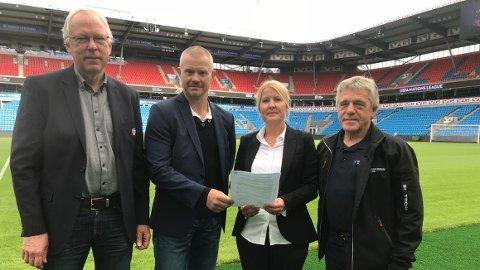 SKREV INTENSAJONSAVTALE: Ole Myhrvold og Nils Fisketjønn i NFF sammen med Tone Hassel (Sand IL) og Jan Ivar Engebretsen (Ullensaker Idrettsråd). Her fra signeringen av intensjonsavtalen i 2018.