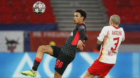 Liverpools Trent Alexander-Arnold blir beskrevet som et svakt punkt av RB Leipzigs Angelino (t.h.).