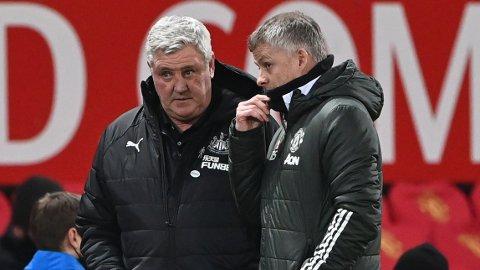 Newcastle United-manager Steve Bruce i samtale med Manchester United-sjef Ole Gunnar Solskjær.