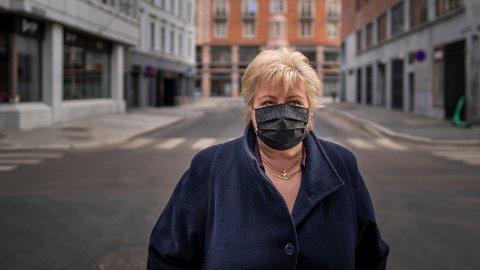 – Vi er jo lei. Det er vi jo alle, sier statsminister Erna Solberg i gatene i en koronastengt hovedstad – ett år etter nedstengningen i mars i fjor.