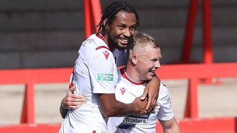 Elliot Durrell (t.h.) og Kwame Thomas jakter på opprykk til League Two denne sesongen.