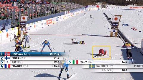 ALENE I MÅLOMRÅDET: Mens flere av konkurrentene ble tatt imot av lagkameraten, ble russiske Gleb Retivykh liggende alene i snøen.