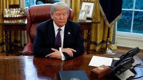 I et intervju letter nå Donald Trump litt på sløret når det gjelder innholdet i et hemmelig brev til president Joe Biden. Her sitter Donald Trump ved Resolute Desk i Det hvite hus i januar 2018.