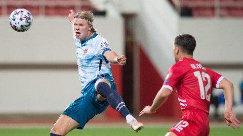 PÅ TOPP: Erling Braut Haaland får som ventet sjansen på topp for Norge.