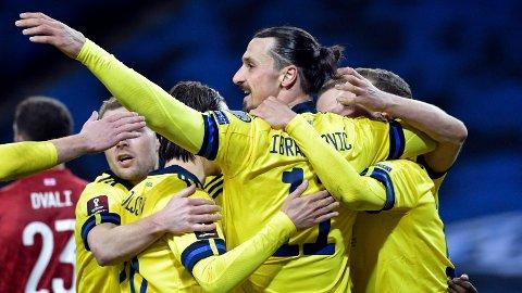 Zlatan Ibrahimovic og Sverige jubler etter lagets ledningsmål.