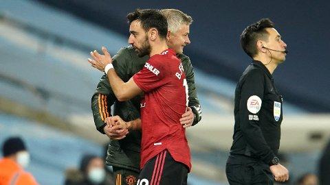 Manchester United-manager Ole Gunnar Solskjær (t.v.) og Bruno Fernandes etter seieren mot Manchester City i Premier League. Vi tror de kan få mer å juble for i Europa League.