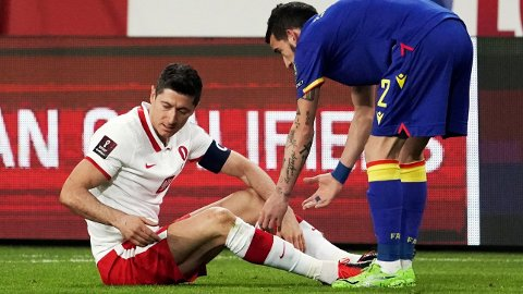 Bayern München-stjernen Robert Lewandowski pådro seg en kneskade i Polens kamp mot Andorra. Her trøstes han av Andorras Cristian Martinez.