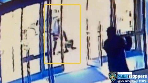 Kvinnen var på vei til kirken, da hun ble angrepet på gata. Vi advarer mot sterke bilder i videoen.