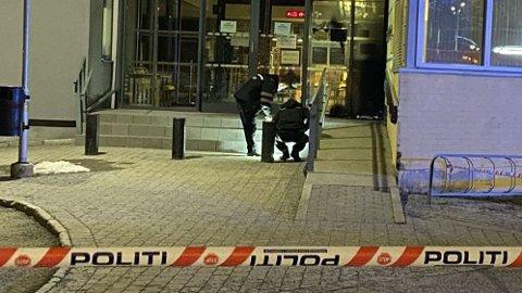 ÅSTEDET: Politiets krimteknikere jobbet utenfor inngangen til Stovner politistasjon etter at det var blitt kastet en brannbombe lørdag 20. mars.
