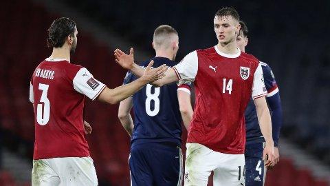 Sasa Kalajdzic (t.h.) feirer sine to scoringer i kampen mot Skottland sammen med Aleksandar Dragovic.
