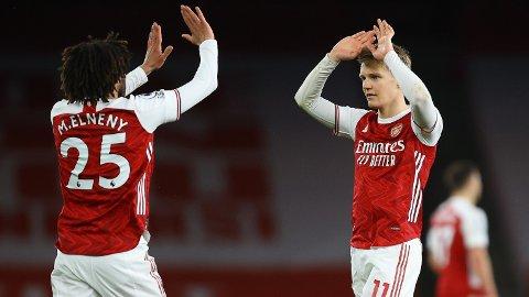 Arsenals Mohamed Elneny og Martin Ødegaard jubler etter seieren mot Tottenham. Vi tror de får problemer mot Liverpool lørdag.