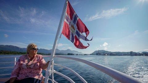 Båtbransjen tror at 2021 blir en ordentlig god båtsommer. Her ser vi statsminister Erna Solberg som koser seg en varm sommerdag ute på sjøen.