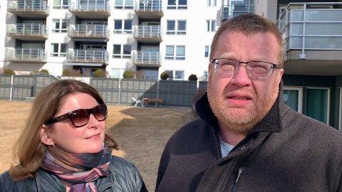 SKUFFET: - Bydelsutvalget har bestemt at kun villaeierne på Risløkka skal få parkere der, og ikke vi som bor i blokk her i Økernveien. Det synes vi er hensynsløst, sier Erik Stene, som klaget inn saken sammen med kona Henriette Berg.