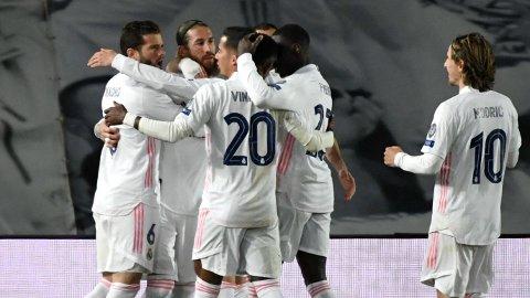 Sergio Ramos (nummer to fra venstre) er ikke bare en god forsvarsspiller. Han er også en spiller som scorer mål. Real vil savne ham i tirsdagens kamp mot Liverpool.