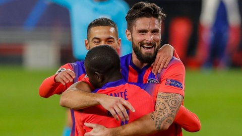 Olivier Giroud jubler etter å ha scoret sitt tredje mål mot Sevilla på Ramon Sanchez Pijuan. Han scoret alle fire målene da Chelsea slo Sevilla 4-0.