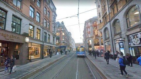 Det var ved en trikkeholdeplass i Prinsens gate i Oslo at overfallet skjedde.
