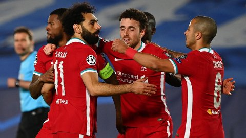 Mohamed Salah (t.v.) jubler sammen med lagkameratene etter scoringen mot Real Madrid i Champions League. Han har ikke scoret et spillemål på Anfield siden 2-1-seieren mot Tottenham 16. desember.