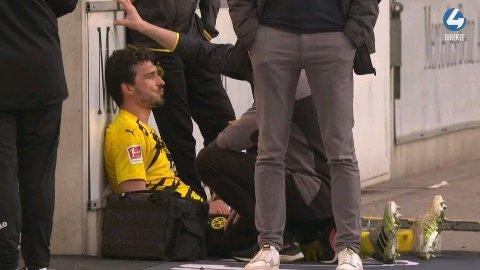 DRAMATISKE SCENER: Mats Hummels så svært groggy ut der han satt etter første omgang.