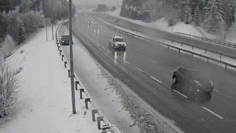 SNØ: Vinterlig på E6 ved Djupdalen på grensa mellom Oslo og Lillestrøm mandag morgen.