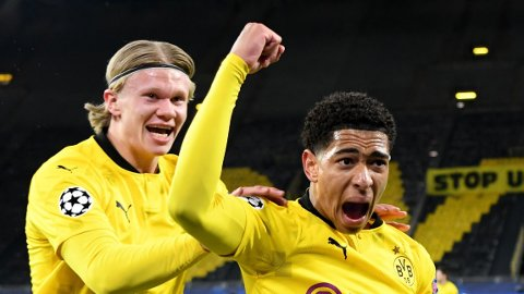 Borussia Dortmund's Jude Bellingham feirer scoring sammen med Erling Braut Haaland onsdag kveld.