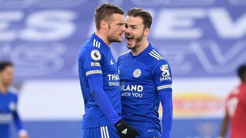 Jamie Vardy (t.v.) jubler sammen med lagkompis James Maddison etter å ha scoret mot Manchester United i desember. Vi tror de to stjernespillerne til Leicester blir sentrale i søndagens semifinale i FA-cupen mot Southampton.