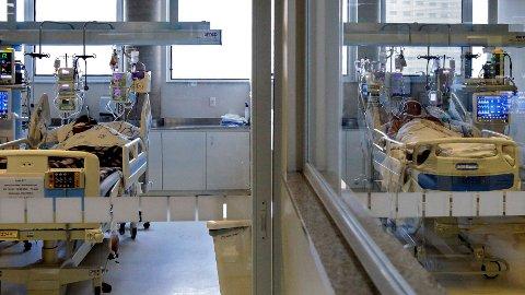 En covid-pasient mottar intensivbehandling på et sykehus i Brasils mest folkerike delstat Sao Paulo. Lokale helsemyndigheter varsler en potensiell helsekrise i delstaten grunnet omfattende mangel på intubasjon-medikamenter.