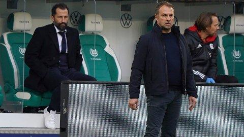 FORVIRRING: Hansi Flick uttalte etter lørdagens kamp at han ønsker å terminere kontrakten etter årets sesong. Bakgrunnen skal være en konflikt med sportssjef Hasan Salihamidzic (bak t.v.)