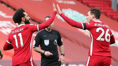 Mohamed Salah (t.v) feirer scoringen sin mot Aston Villa sammen med Andrew Robertson. Vi tror Liverpool-spilleren får mer å juble for mandag kveld.