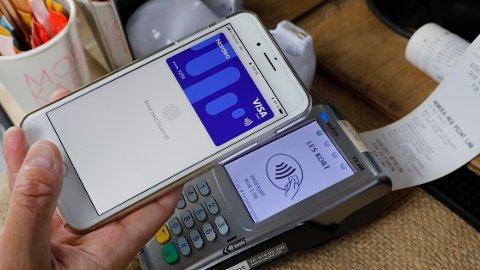 BETALER MED MOBILEN: Har du Apple Pay, trenger du ikke ha med deg bankkortet ditt. Men om du velger denne betalingsmåten, får du ikke automatisk registrert Trumf-bonusen din. llustrasjonsfoto.