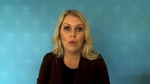 Sosialminister Lena Hallengren i Sverige på pressekonferanse onsdag.