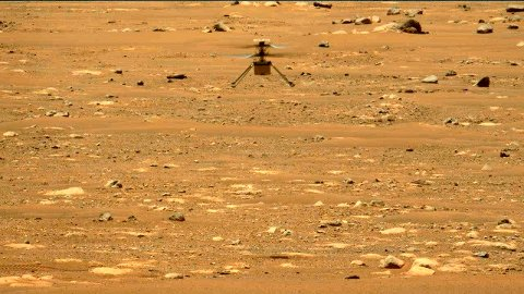 Et bilde tatt fra robotfarkosten Perseverance viser Mars-dronen Ingenuity under den andre flyturen, som fant sted torsdag. Foto: NASA/JPL-Caltech/ASU/MSSS / AP / NTB