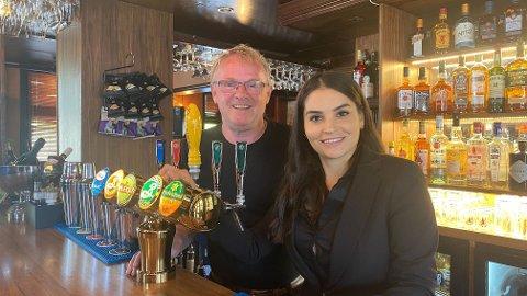 TAR IRAN I FORSVAR: Bahareh Letnes mener det blir for mye negativt fokus på Iran. Her fra hun og samboeren Per Sandberg åpnet pub i Halden.
