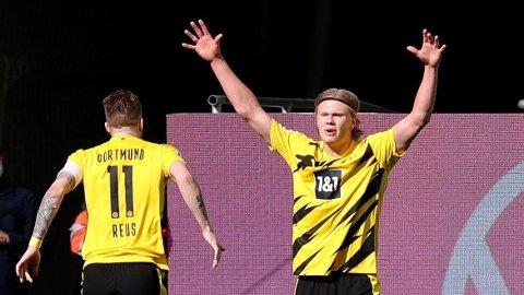 DORTMUND-HELT: Erling Braut Haaland strekker armene i været og feirer sin andre scoring for dagen.